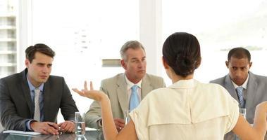 empresária sendo entrevistada por um painel difícil video