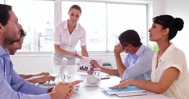 empresaria hablando con su colega durante una presentación video