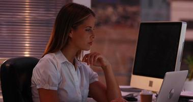 mujer de negocios, trabajando, con, computador portatil, por la noche
