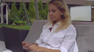 Señora atractiva revisando correos electrónicos video