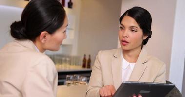 donne di affari che esaminano tablet