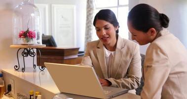 donne di affari che per mezzo insieme del computer portatile video