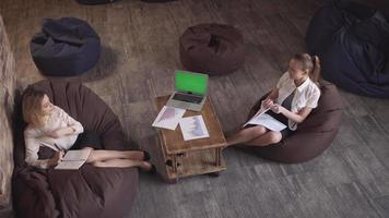 informelles Geschäftstreffen mit zwei Frauen video