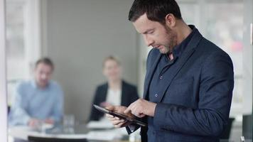homme affaires, à, réunion affaires, utilisation, ordinateur tablette video