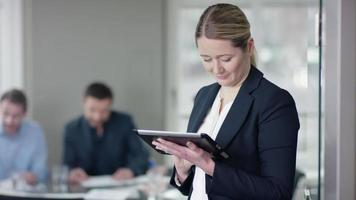femme, utilisation, ordinateur tablette, à, réunion affaires, sourire video