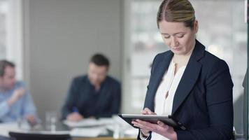 femme affaires, utilisation, tablette, devant, businessmeeting video