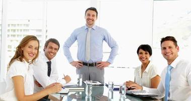 empresario recibiendo elogios de su personal en la reunión video