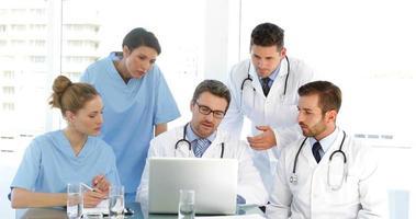 Arzt spricht mit seinen Mitarbeitern während eines Treffens