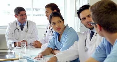 equipo medico teniendo una reunion