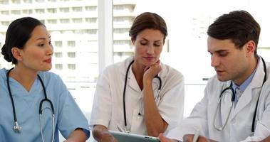 equipo medico hablando juntos