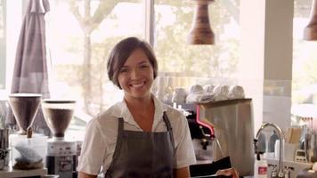 retrato de empregada em cafeteria filmado em r3d video