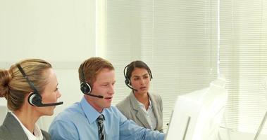squadra di affari che lavora nel call center