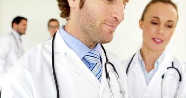 equipe de médicos em pé e falando video