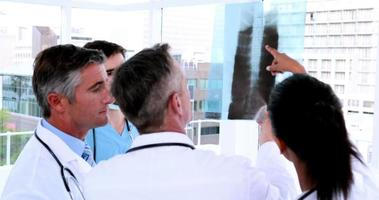 medizinisches Team, das zusammen Röntgen betrachtet video