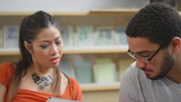la telecamera gira mentre gli studenti si siedono in un cerchio di studio e parlano tra loro