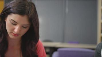a câmera gira enquanto os alunos trabalham juntos em um círculo de estudo