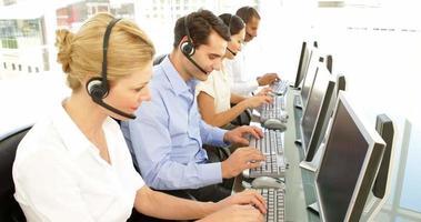 trabajador del centro de llamadas en una llamada
