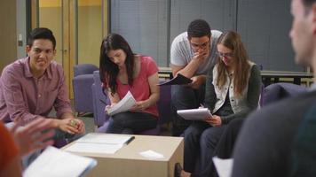uno studente chiede aiuto a un compagno di classe in una sessione di studio