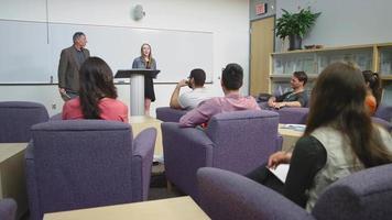 uno studente tiene con entusiasmo un discorso in classe