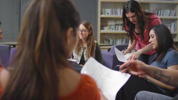 uno studente chiede aiuto ai suoi compagni di classe in una sessione di studio