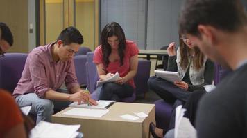un grupo de estudiantes trabajando juntos en sus tareas