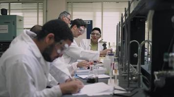 un professore aiuta i suoi studenti con i loro esperimenti scientifici