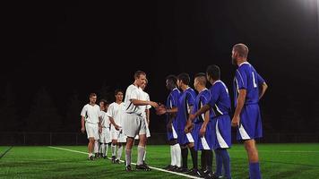 squadre di calcio avversarie si stringono la mano dopo una partita