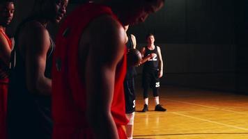 Ein Basketballspieler schießt einen Freiwurf, verfehlt und versucht es erneut, Zeitlupe