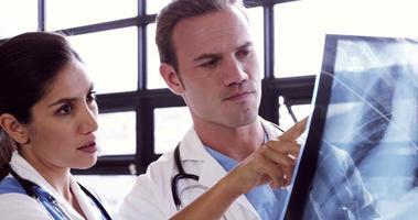 Ärzte beobachten gemeinsam eine Röntgenaufnahme