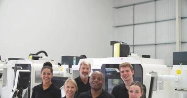 ritratto del personale in officina meccanica con macchine cnc