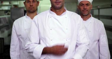 drie lachende chef-koks kijken camera ok teken maken