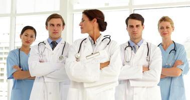 fiducioso team medico guardando la fotocamera