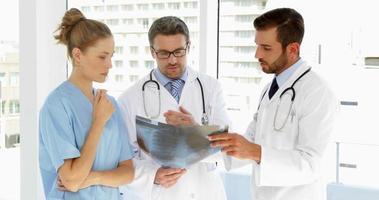 equipo médico discutiendo radiografía
