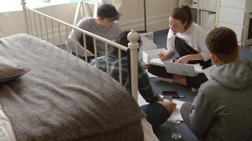los estudiantes se sientan en el suelo y colaboran en el proyecto filmado en r3d