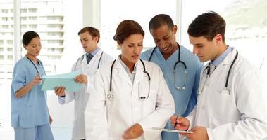 medizinisches Team spricht