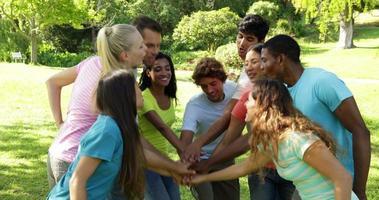 gruppo di giovani amici casuali che mettono le mani insieme