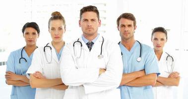 ernstig medisch team met gekruiste armen