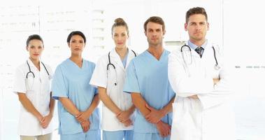 stirnrunzelndes medizinisches Team mit den Händen zusammen