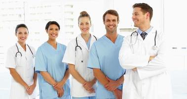 equipe médica feliz com as mãos juntas video