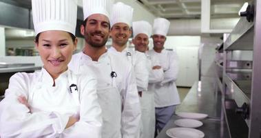chefs sorridentes em uma fila video