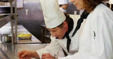 pratos de guarnição de chefs video