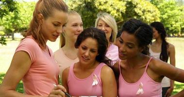 evento de organización de mujeres felices para la concientización sobre el cáncer de mama video