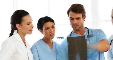 ernstige medisch team xray kijken