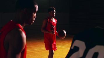 Ein Basketballspieler schießt einen Freiwurf, Zeitlupe, dunkel