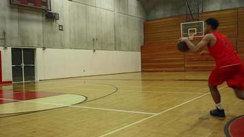 Ein Basketballspieler stolpert und sein Gegner stiehlt den Ball und macht einen Korb