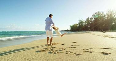 pai e filha se divertindo na praia