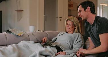 couple réservant quelque chose en ligne