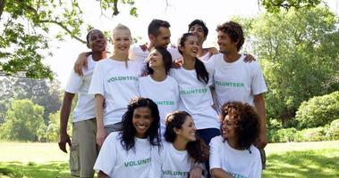 groep vrijwilligers lachend naar de camera