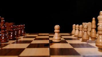 Aufnahmen von Schachbrettern mit aufgereihten Figuren, eine Person spielt den ersten Zug mit einem Bauern