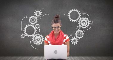digitales zusammengesetztes Bild der Frau unter Verwendung des Laptops